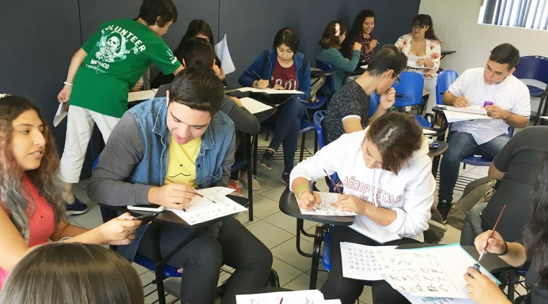 メキシコ人大学生が日本語教育ボランティアからあいうえおを習う